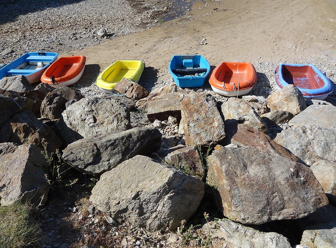Barques colorées sur la côte sauvage