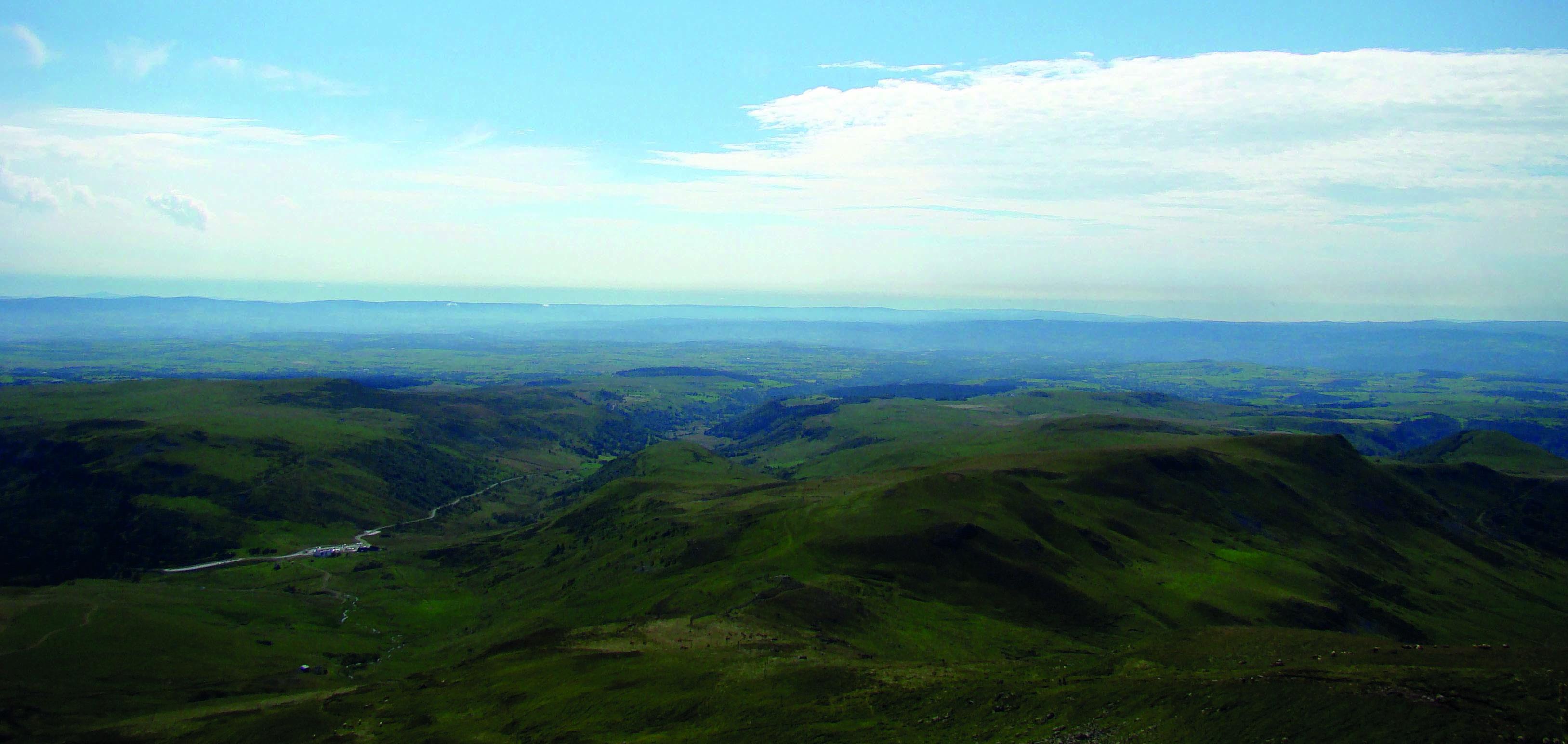 Vue depuis Plomb du Cantal.jpg