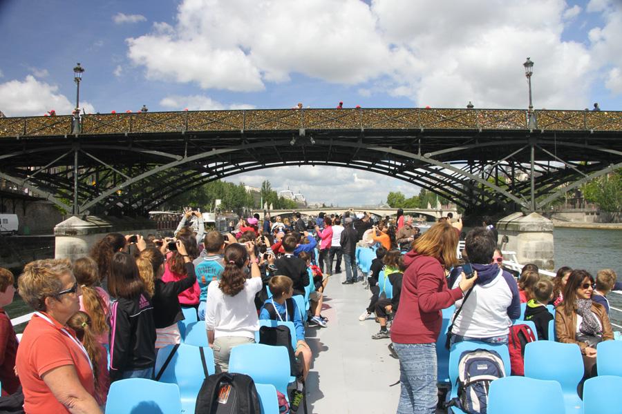 Bateau-mouche au Pont des Arts