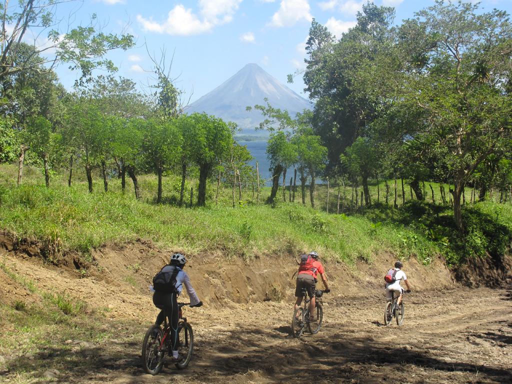 VTT et volcan au Costa Rica